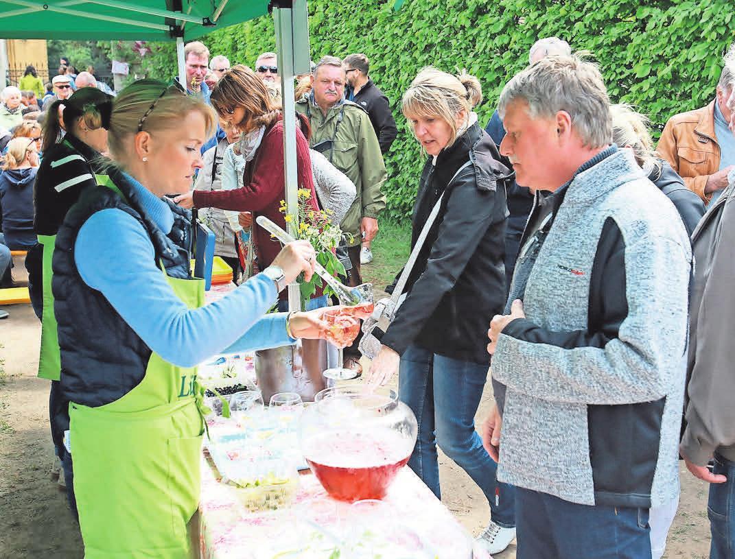 Aus Gründen der Nachhaltigkeit wird in Lütte die Mai-Bowle in Gläsern ausgeschenkt. FOTO: DIRK FRÖHLICH