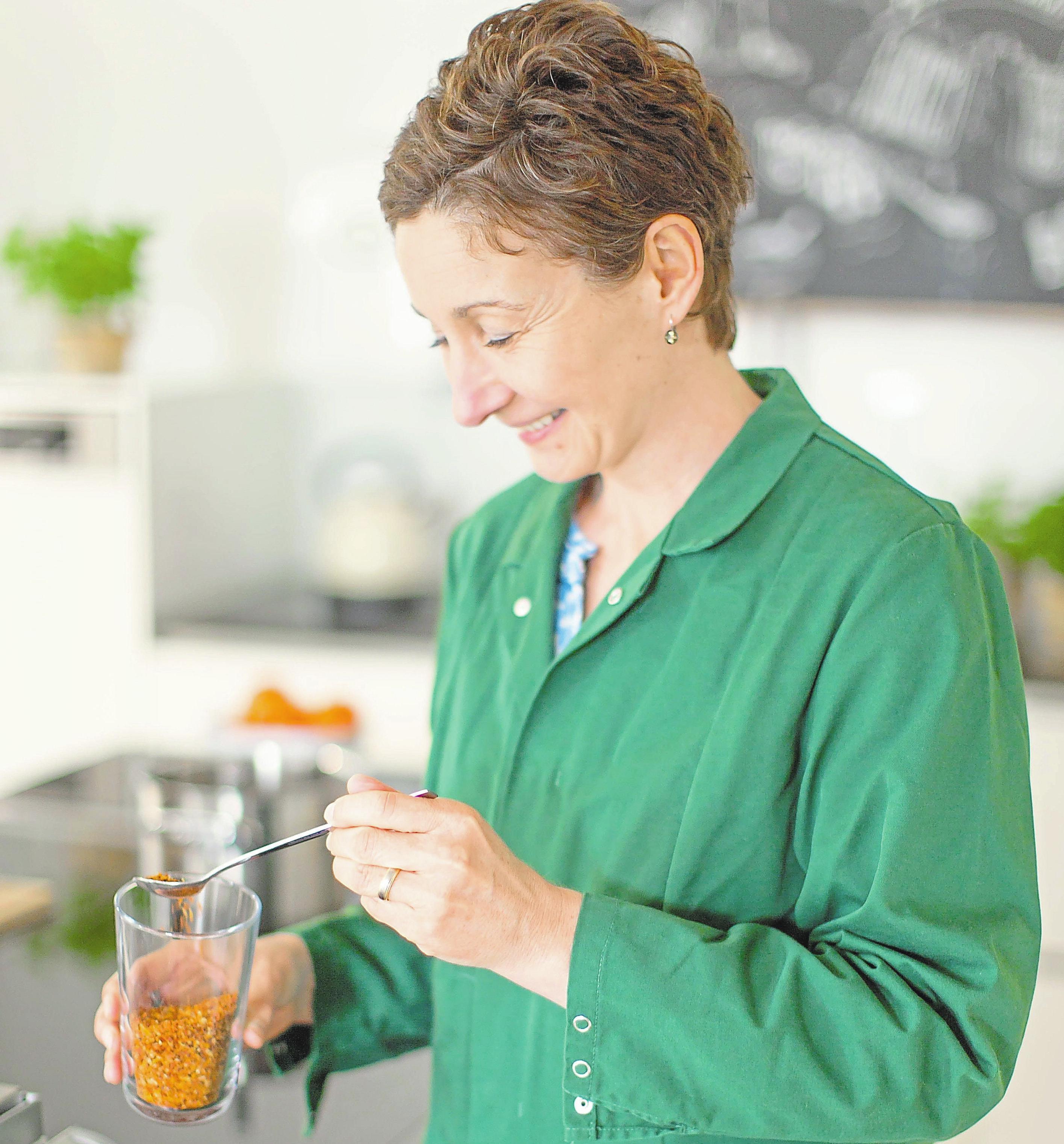 Produktentwicklerin Anita Becker in der hauseigenen Entwicklungsküche.
