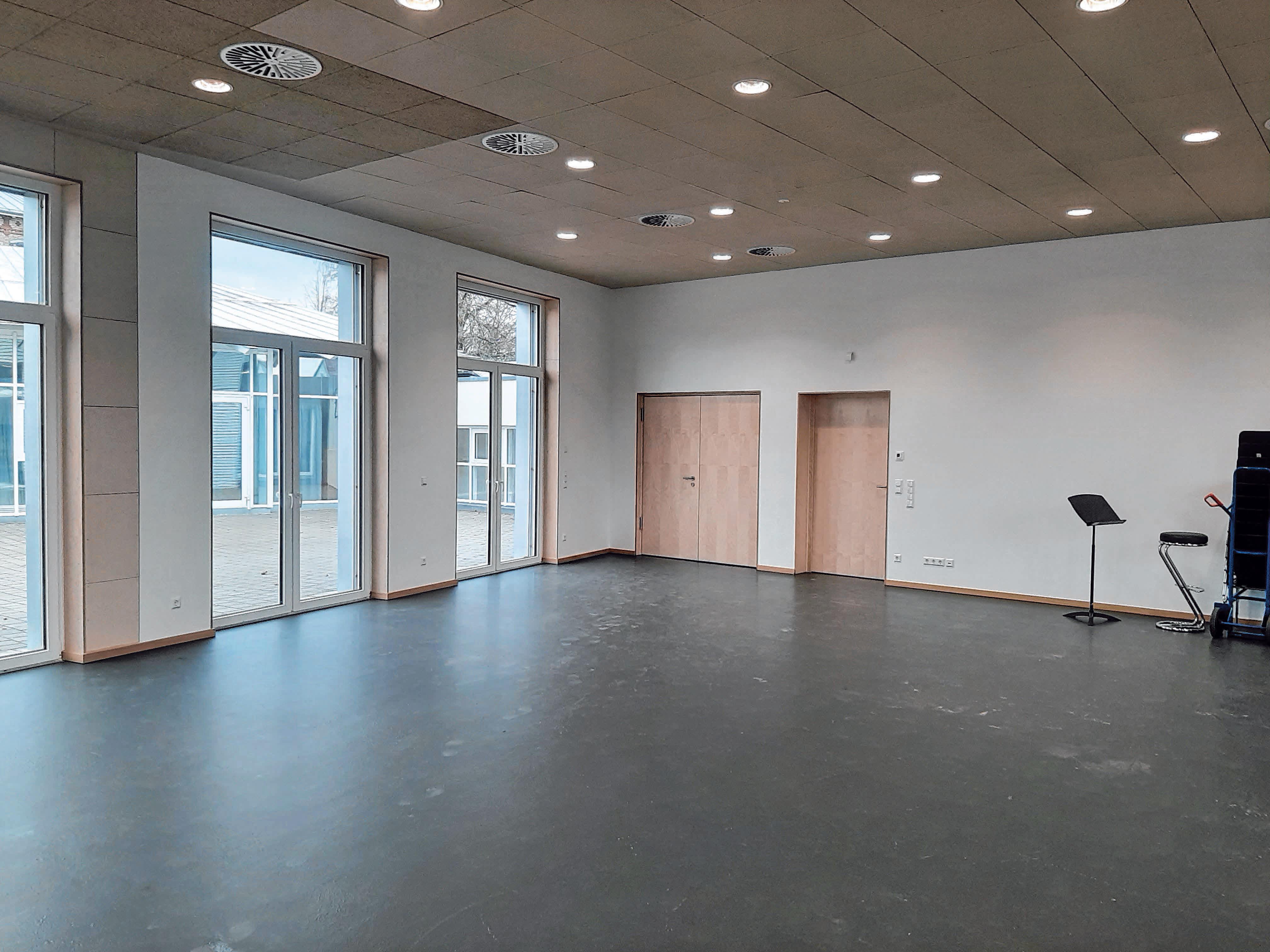 Im kleinen Saal der Erweiterung kann das 30-köpfige Erwachsenen-Orchester gemeinsam proben. Spezielle Dämmplatten an der Decke sorgen für eine gute Akustik im Raum.