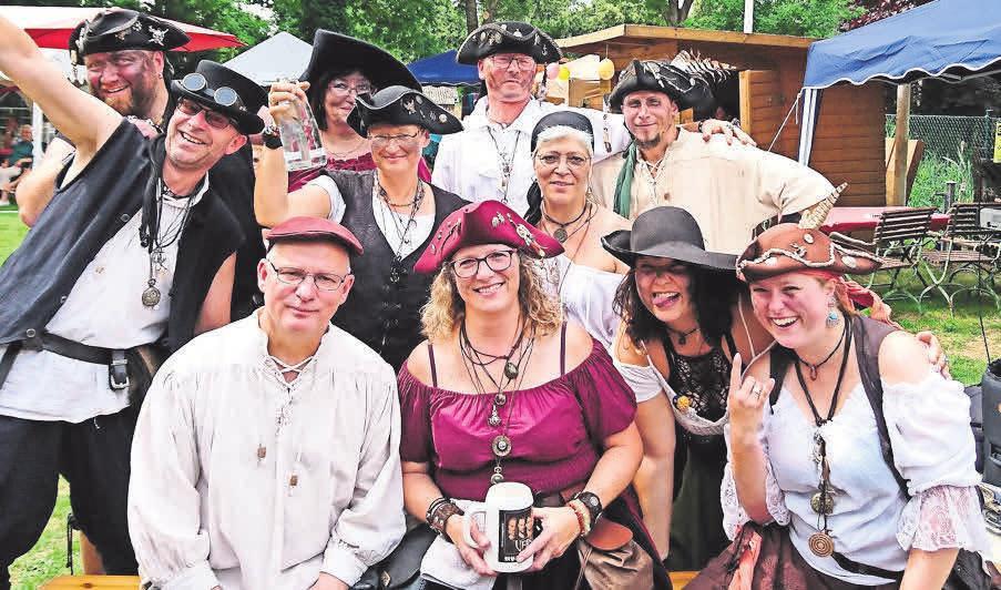 Die Blasmusiker vom Piratenpack eröffnen das Open Air.