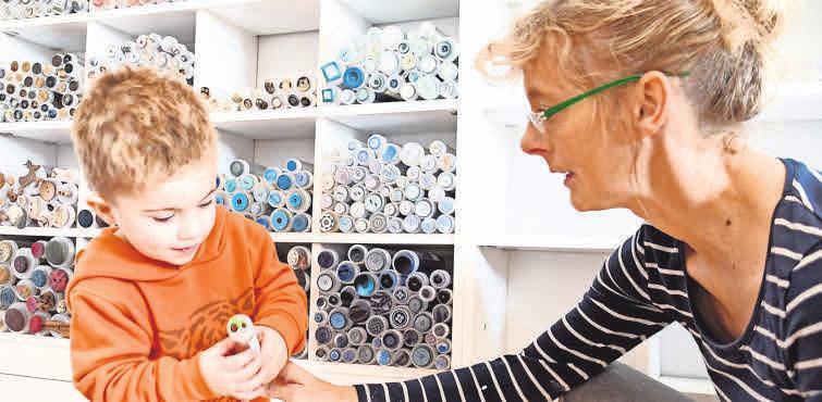 Die tollen Knöpfe finden auch Kinder toll. Henrike Blöthes Enkel möchte gern den Treckerknopf haben.