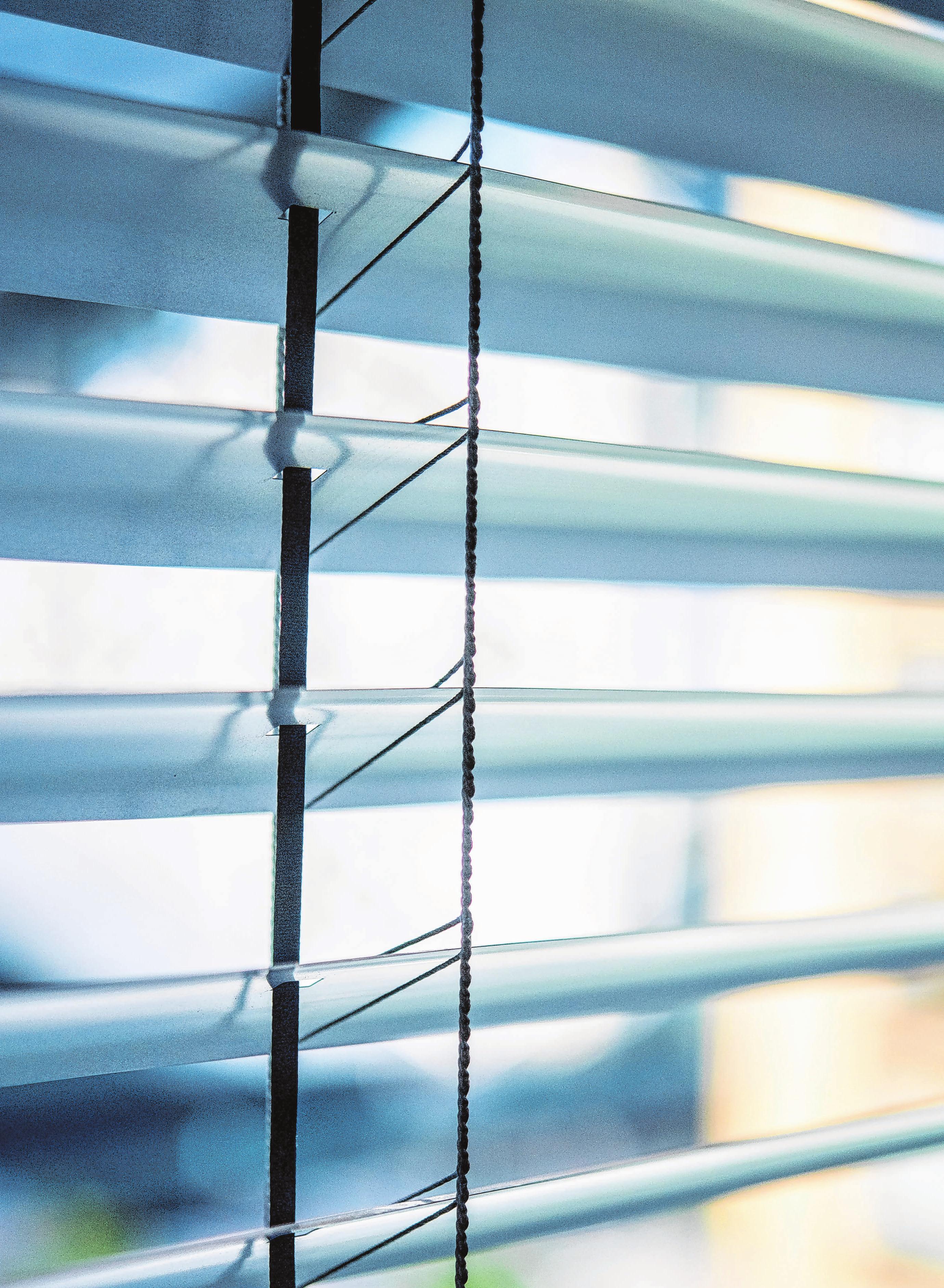 Verschattungssysteme, wie automatische Jalousien, schützen gut vor Hitze. Foto: Zacharie Scheurer/dpa-mag