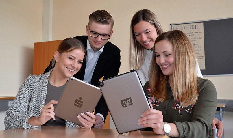 Heute lernen Bankazubis innovativ und kreativ im Tablet-basierten Unterricht. Bild: Kreissparkasse/Volksbank