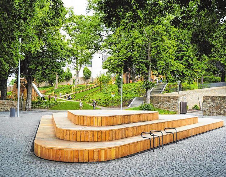 Ein neues, modern gestaltetes Holzpodest auf der Bastion lädt Besucher dazu ein, sich hier niederzulassen.