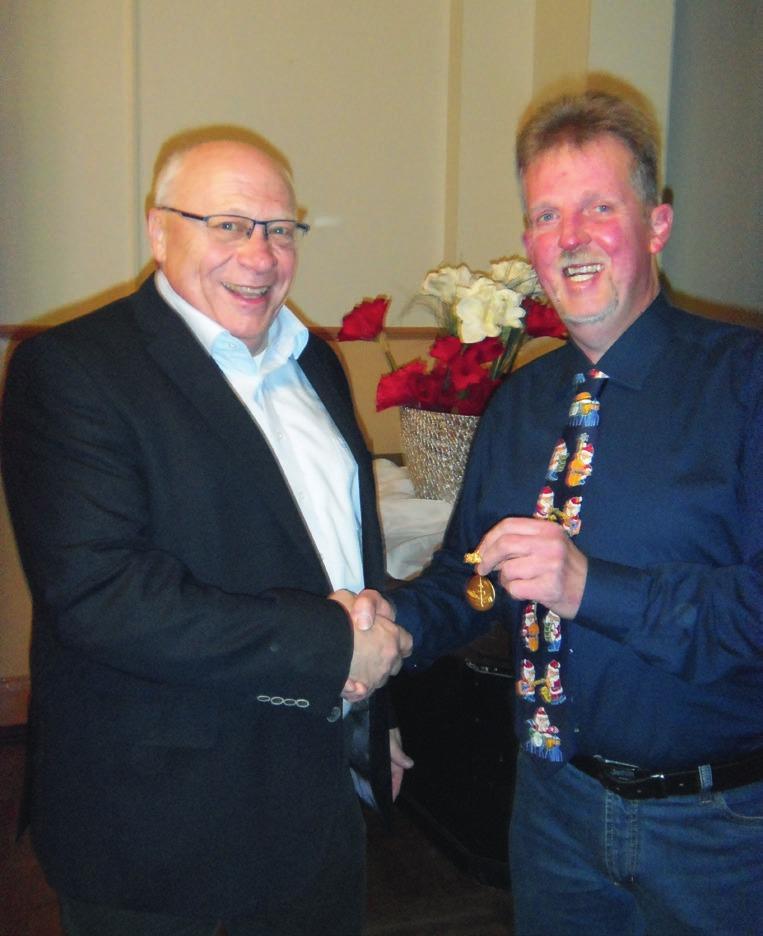 Frank Bührig (rechts) ehrt Achim Teschner für 50-jährige Mitgliedschaft.