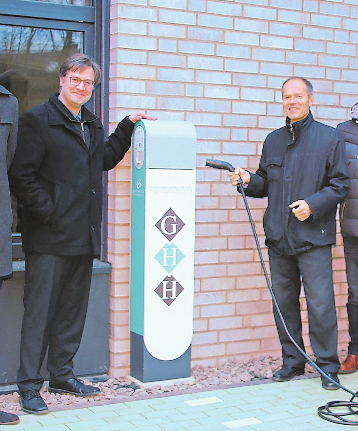 Vor dem Gebäude befinden sich auch zwei E-Ladestationen, die in Zusammenarbeit mit den Stadtwerken Ahlen betrieben werden.