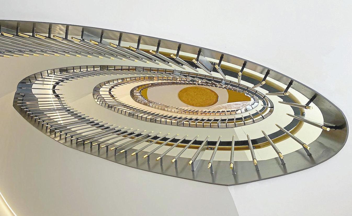 Besonders imposant: der Blick von unten ins Treppenhaus des Praxisgebäudes. Foto: Hanna Neander