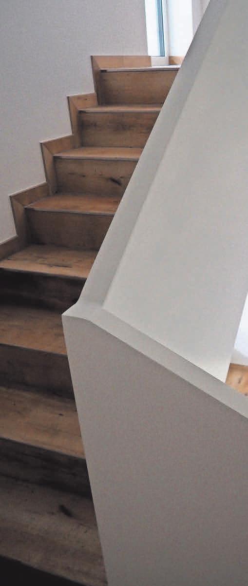 Im Treppenhaus des Viergeschossers wurden integrierte Handläufe verbaut.