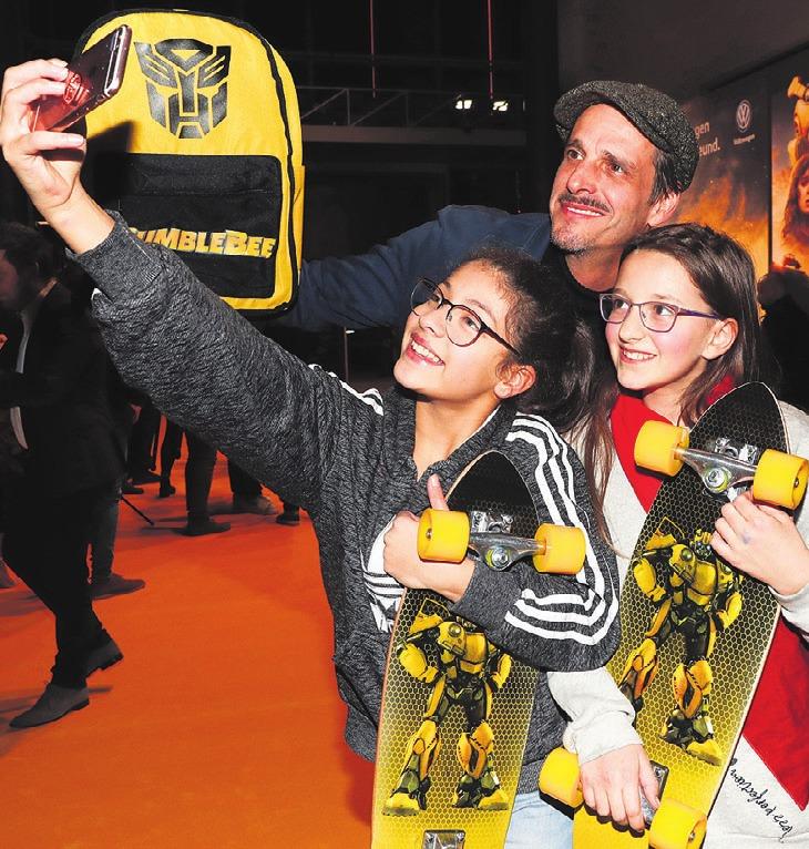 Max von Thun nahm sich Zeit für die Fans Maram Ridane and Aimee Weinert. Foto: Franziska Krug/Getty Images for Volkswagen AG