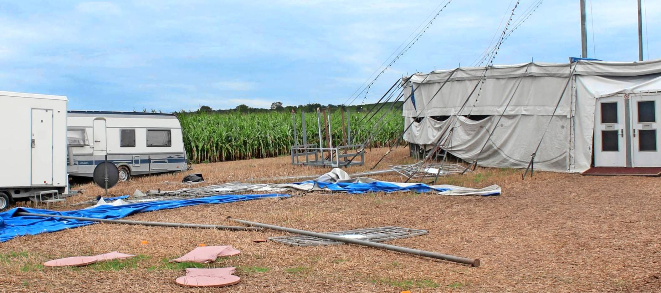 Schwer getroffen wurde der Familienzirkus Althoff: Der Sturm hat unter anderem das Tier- und das Zuschauerzelt vollkommen zerstört. Fotos: Heike Kinkopf