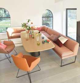 Lädt zu langen Sitzungen ein: Bank von COR, Tisch von Conic und Stühle von Cordia.