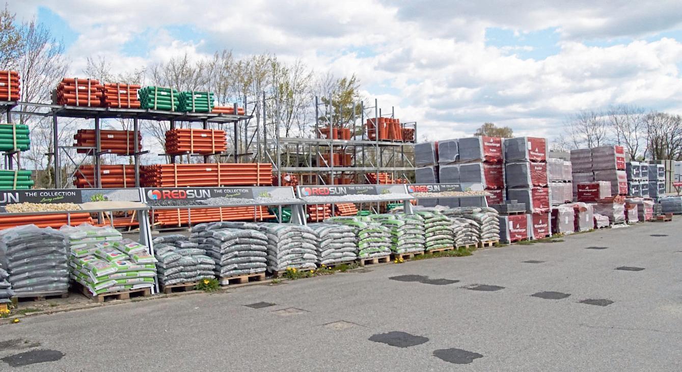 Auf dem 40.000 Quadratmeter-Areal von Hass + Hatje lagert ein großes Baustoffsortiment. Hier finden sich unter anderem Kieselsteine, Kanalisations- und Baumaterial.