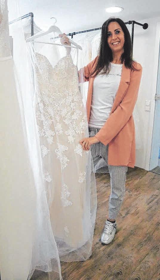 Bei der Suche nach dem passenden Brautkleid ist Yvonne Schlieker behilflich.