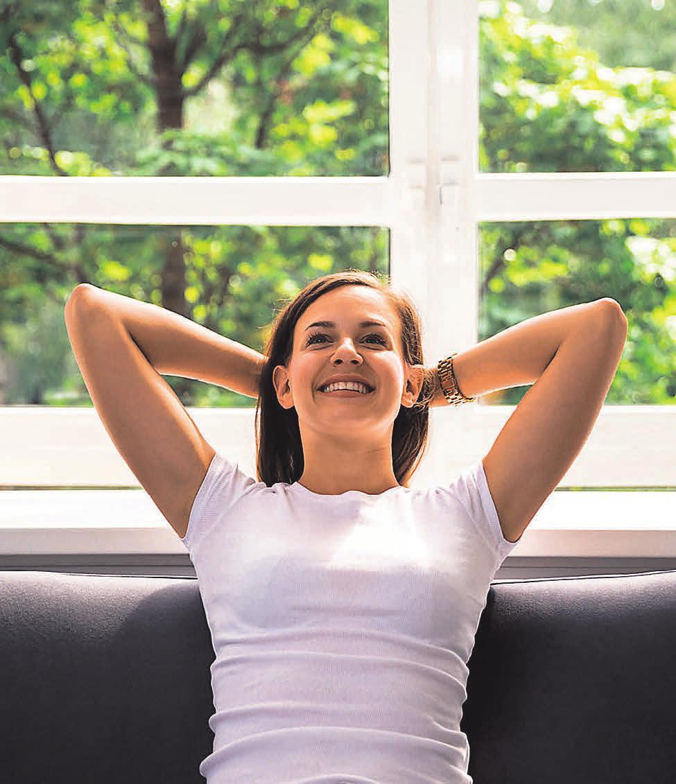 Zum Wohlfühlen: Fenster mit Wärmeschutzverglasung schließen dicht, sodass weniger Zugluft entsteht. Foto: Andrey_Popov/shutterstock.com/akz-o