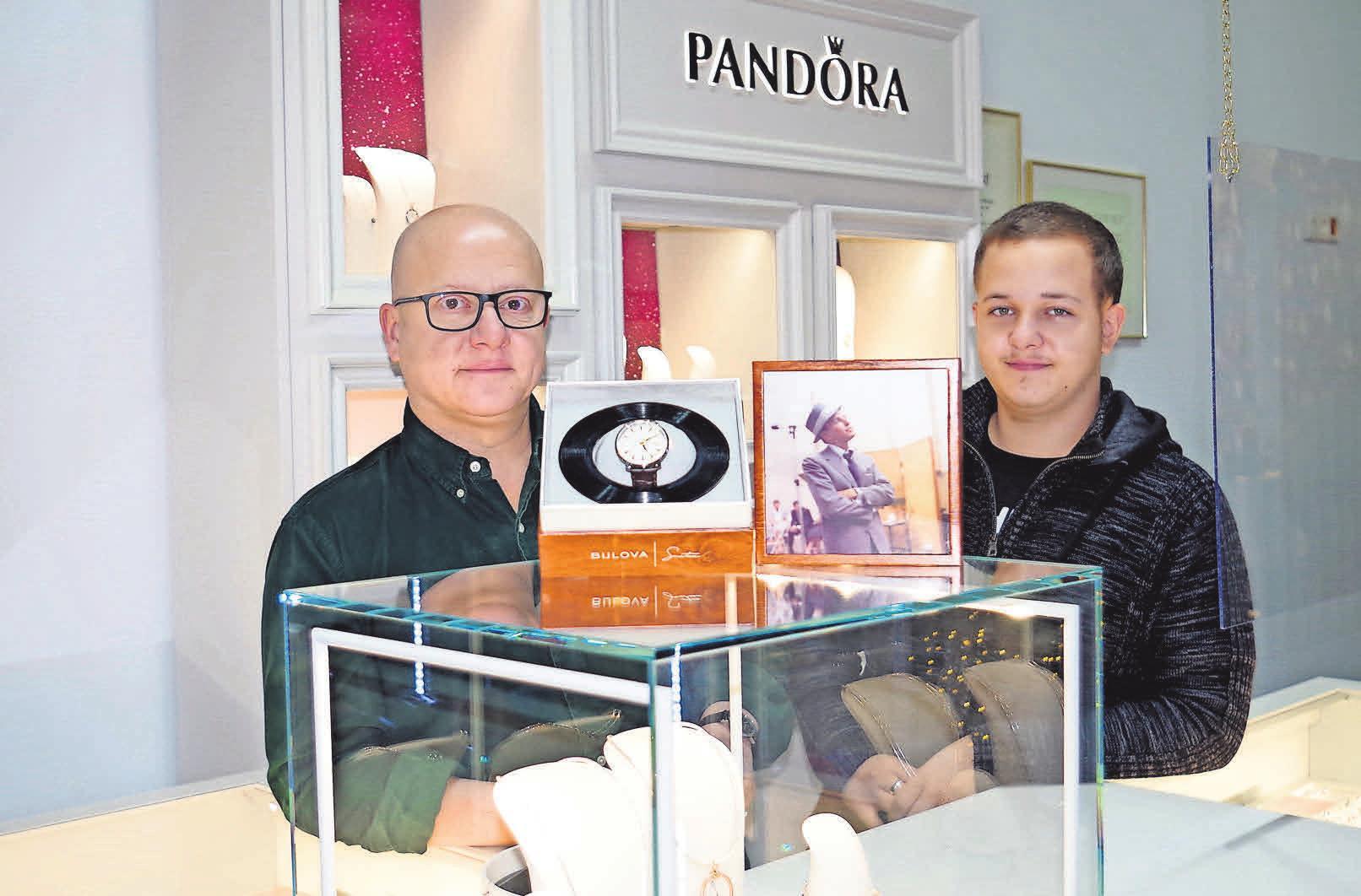 Firmenchef Michael Graeber und sein Sohn Daniel stellen die neue Kollektion vor.