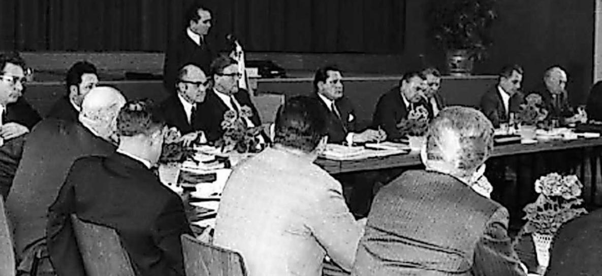 Unter der Leitung des erste Landrats Adolf Rothley fanden Kreistagssitzungen auch im Evangelischen Gemeindehaus in Eisenberg statt. FOTO: KREISVERWALTUNG/REPRO: SCHIFFERSTEIN
