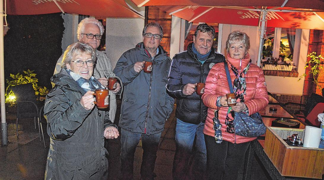 Bei Grog und leckeren Keksen wurde die Adventszeit in Bramfeld eingeläutet Fotos: Grell