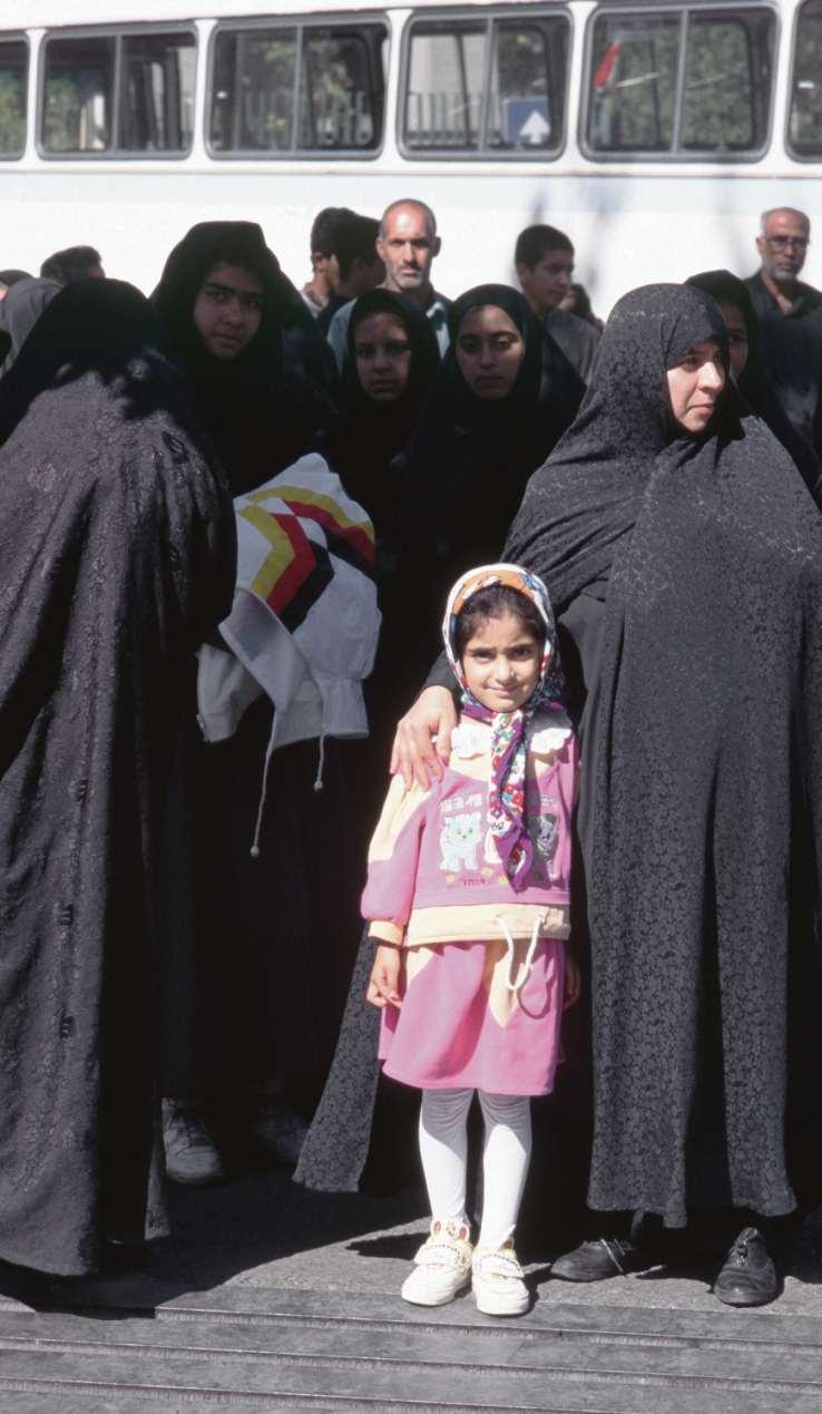 Rosa ist die Hoffnung. Vielleicht wird dieses kleine Mädchen einmal frei darüber entscheiden können, ob und wann es Kinder bekommt, was es anziehen und wohin es reisen möchte. Der Generation ihrer Mutter ist dieses Glück nicht beschieden.