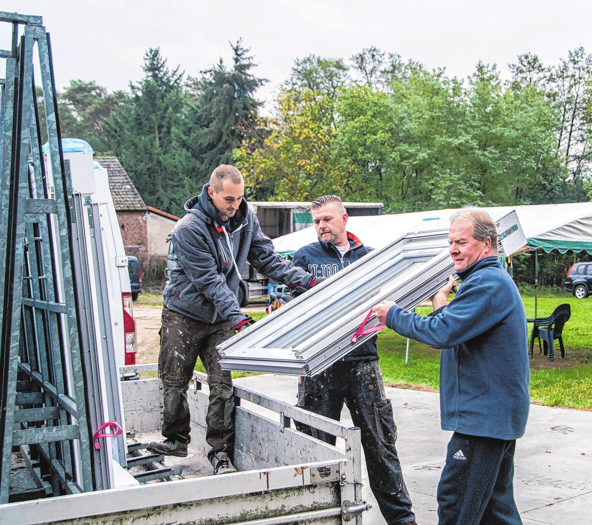 Am frühen Morgen verladen Marcel Brendel, Ronny Omischke und Roland Brendel Fenster für den nächsten Kunden.