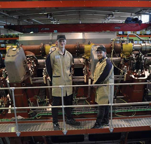 Die angehenden Industriekaufleute Leon Gronwald (li.) und Torge Trieglaff (re.) im Engine Training Center von Caterpillar Motoren in Kiel. FOTO: CATERPILLAR