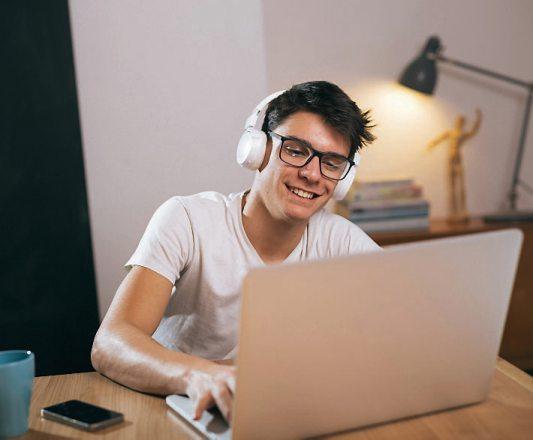 Beim virtuellen Berufs-Info-Tag können Jugendliche In Video-, Audio- oder Textchats persönliche Gespräche führen und neue Perspektiven kennenlernen.