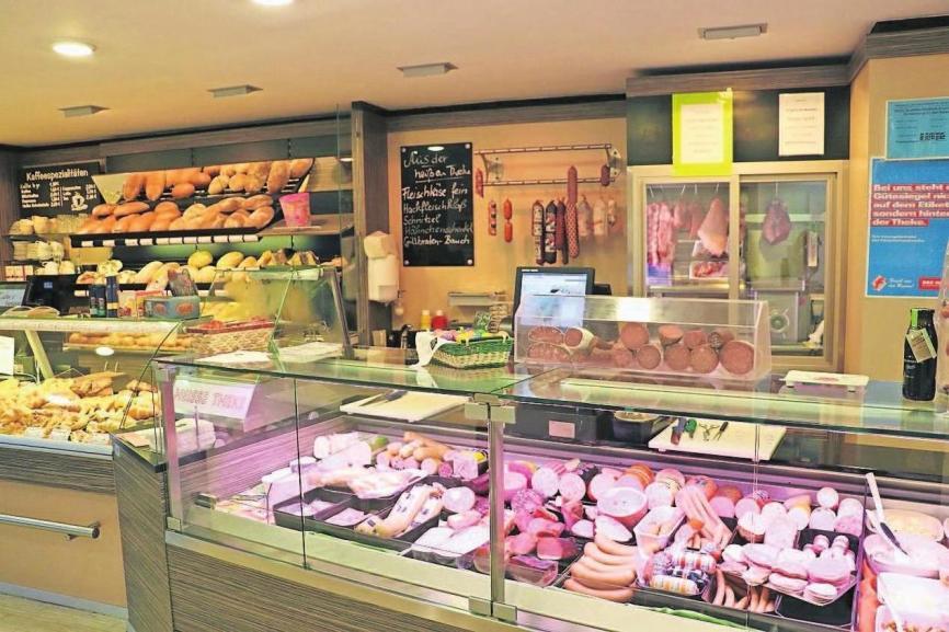 Kuhn's Backstube und die Metzgerei Schmidkunz waren bisher in Höchstädt an diesem Standort vertreten. Jetzt wurde das Angebot um den Lebensmittelmarkt erweitert.