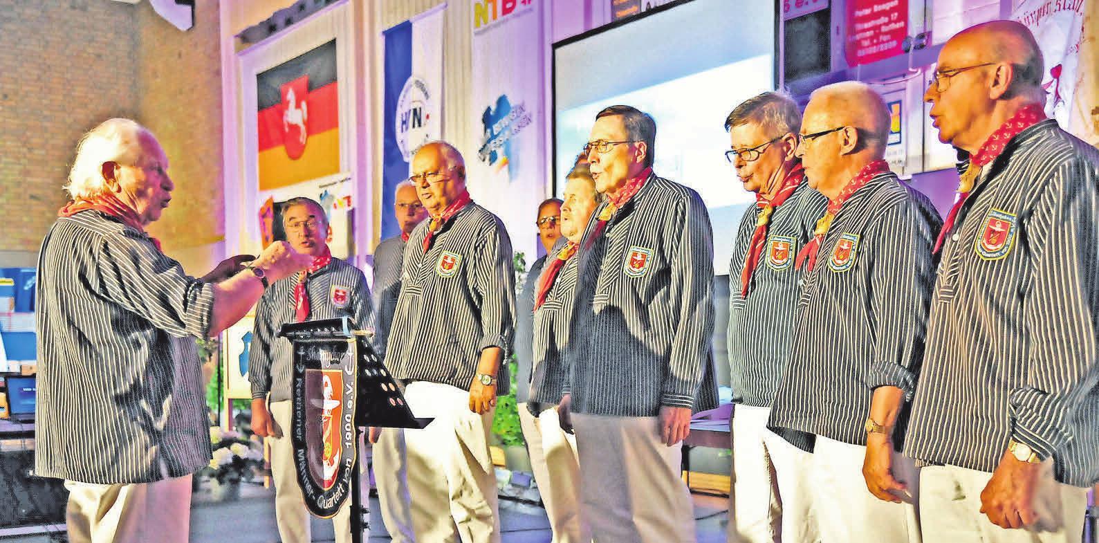 Der Shanty-Chor unter der Leitung von Werner Frenzel stimmt ein Ständchen an. Der Shanty-Chor des Männer-Quartetts singt unter der Leitung von Werner Frenzel in der Grundschule Rethen maritime und populäre Melodien.