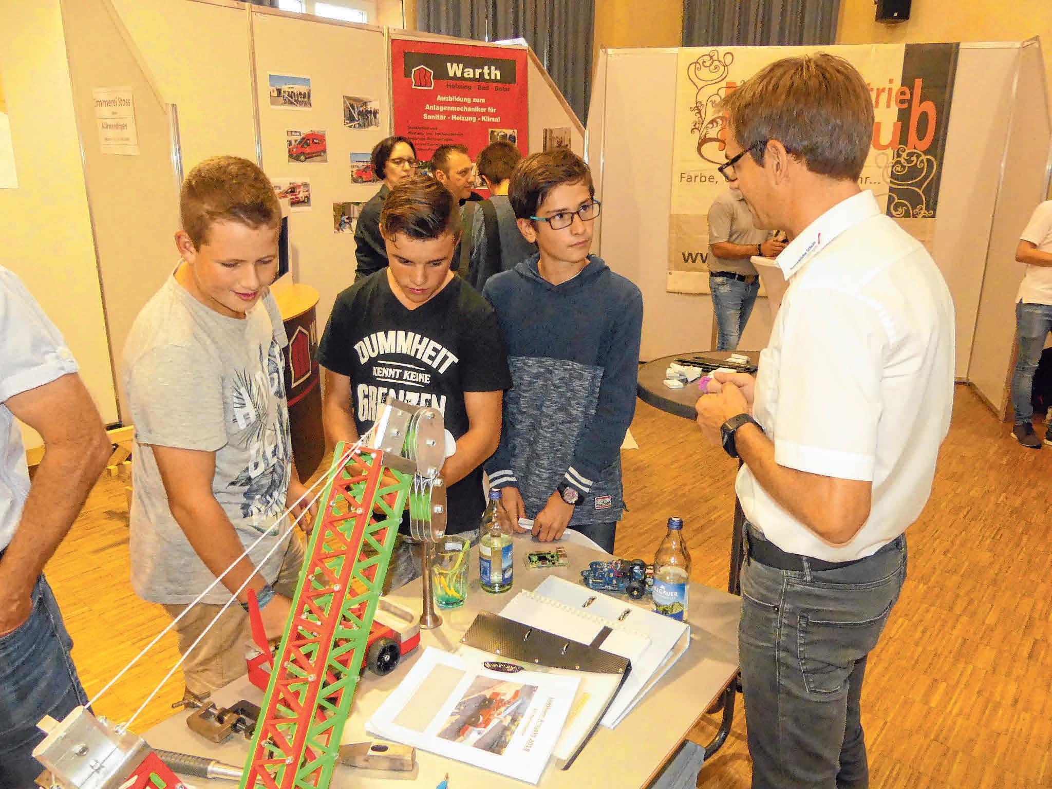 An praktischen Beispielen werden den Jugendlichen die verschiedenen Berufe erklärt.