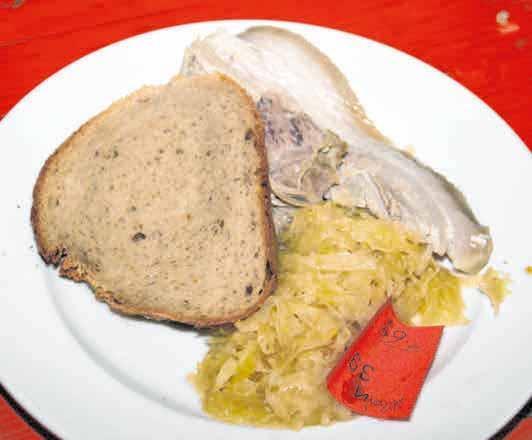 Kesselfleisch mit Sauerkraut ist auch im Angbeot.