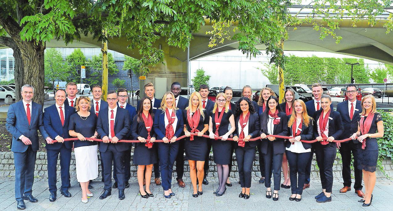 Angehende Bankkaufleute bei der Sparkasse Vorderpfalz: die Azubis von 2018. FOTO: FREI
