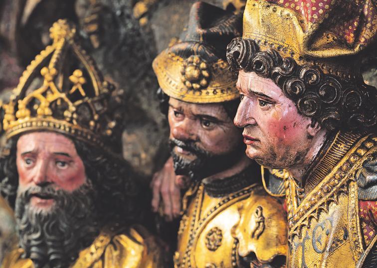 Während Georg das Martyrium erleidet, schaut ein gekrönter König mit Gefolge zu