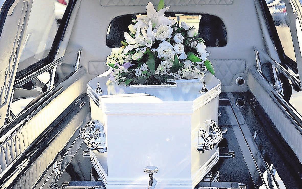 Bestatter helfen einem bei der Organisation der Beisetzung.