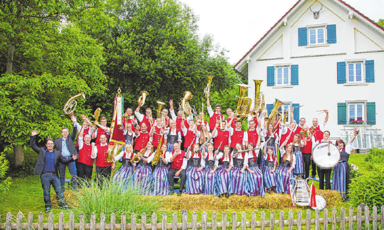Der Musikverein Hoßkirch spielt am Sonntagmorgen. FOTO: WEISS