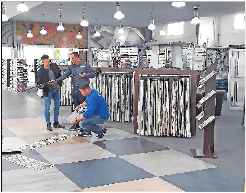 Platz für Wohnideen: Matthias Krebs (Mitte) berät Kunden in der neu gestalteten Ausstellungsfläche. FOTO: BRÄUNLING