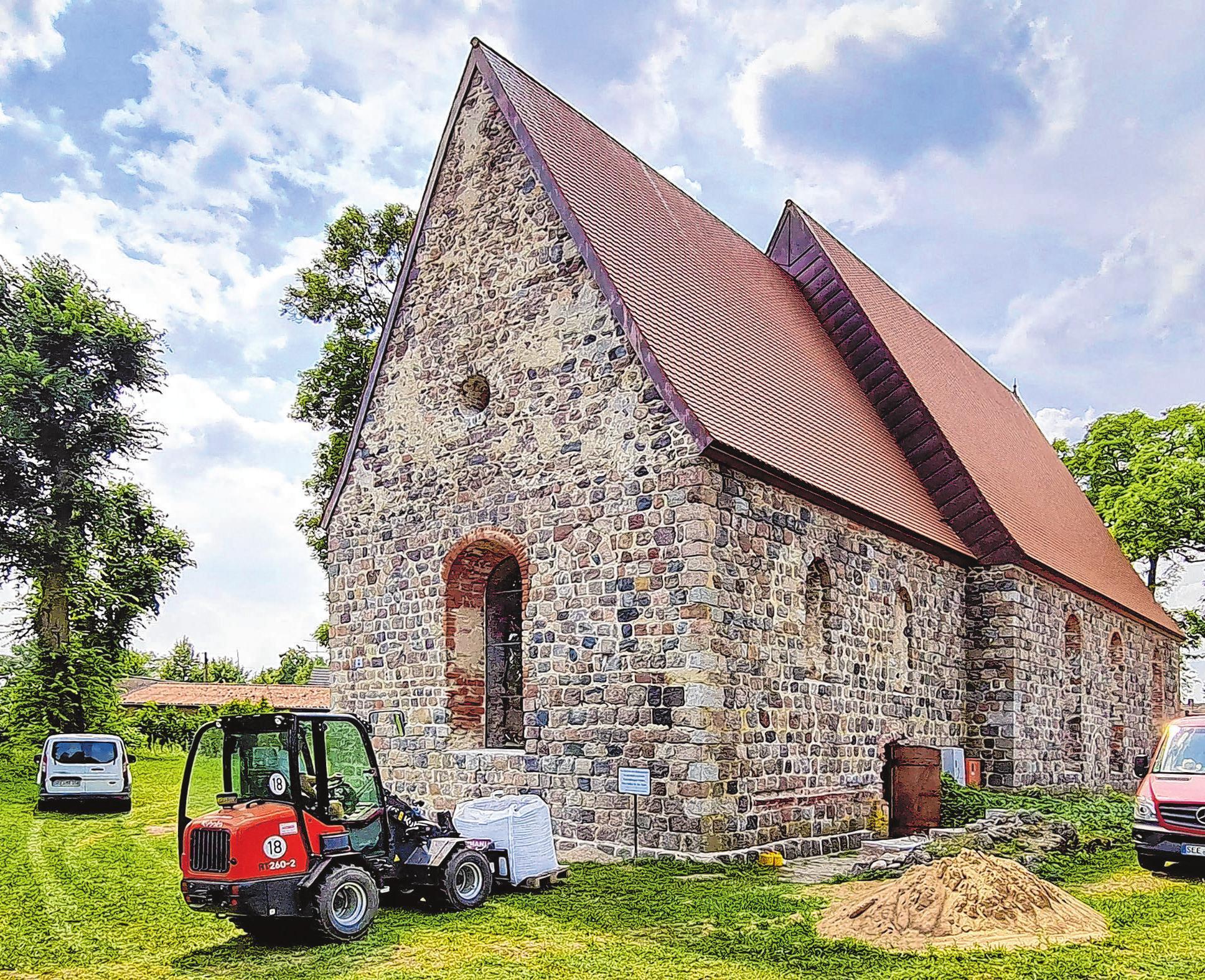 Nach und nach erstrahlt die Kirche in neuer alter Schönheit. Bauleute aus der Region haben die Sanierungsarbeiten in den vergangenen Monaten mit Fleiß und Ideenreichtum<br>ausgeführt.