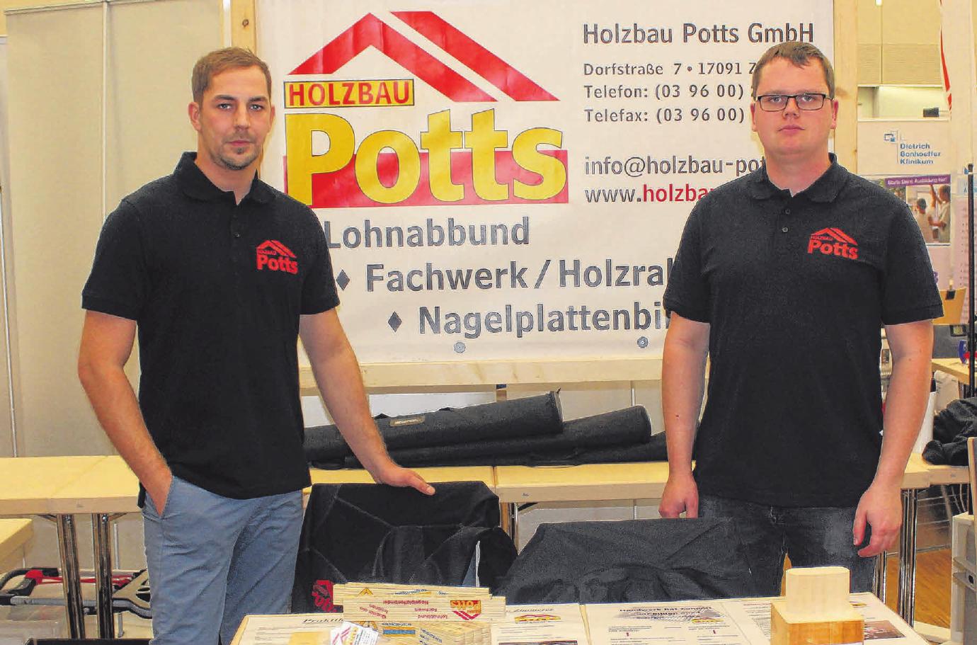 Robert Raude (rechts) studiert Bauingenieurwesen und arbeitet nebenbei bei Holzbau Potts, und Ricardo Krüger (links) ist ausgebildeter Zimmermann. Foto: Johanna Horak