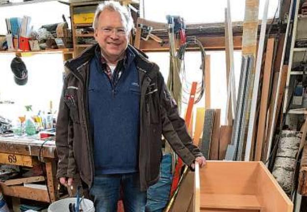 Peter Fischer fertigt in seiner Werkstatt gerne Möbel nach Maß Foto: Pohl