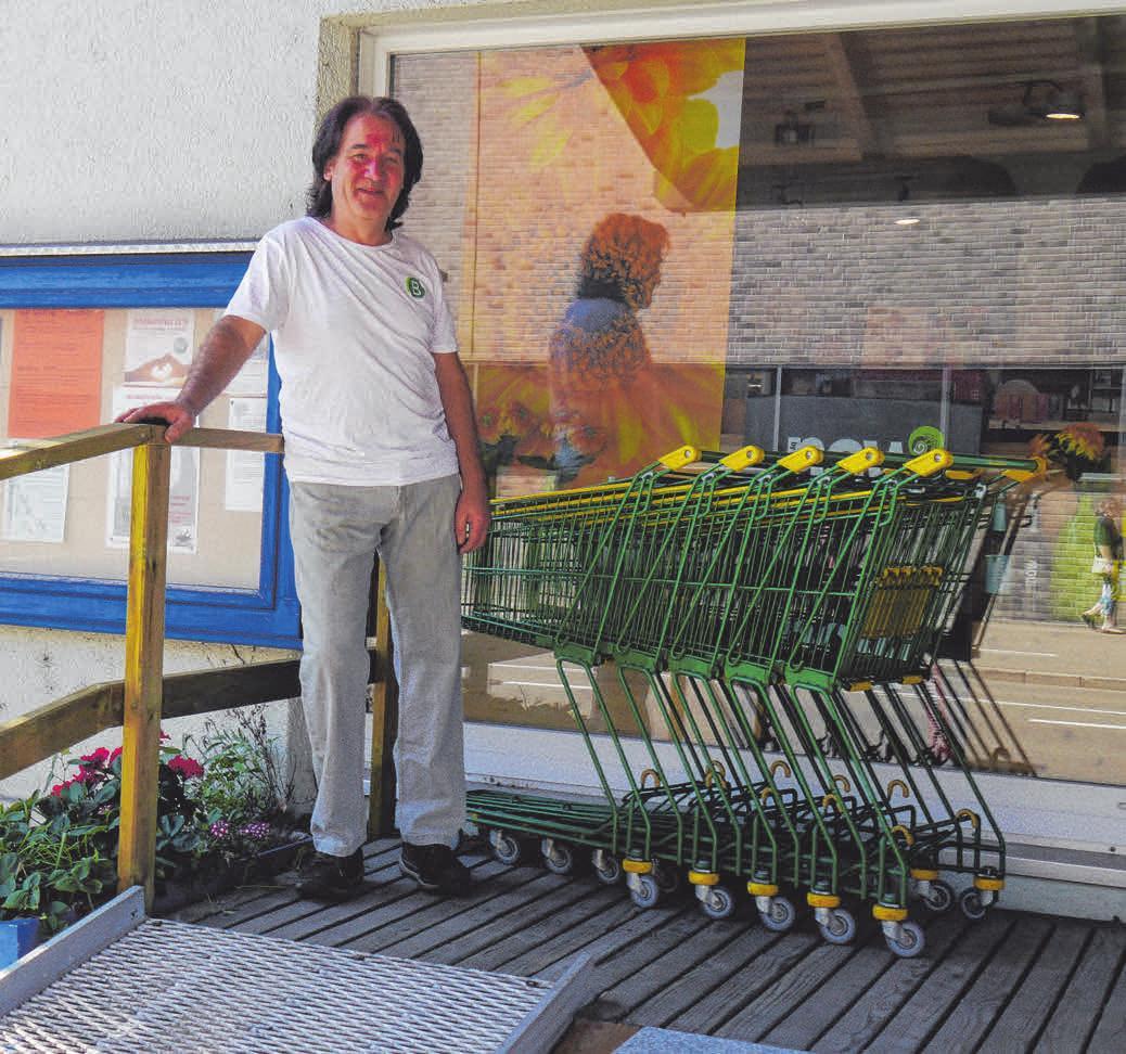 Trossinger Institution: Gerhard Brummer vor seinem Biomarkt, der jetzt Jubiläum feiert. FOTOS: SILVIA MÜLLER