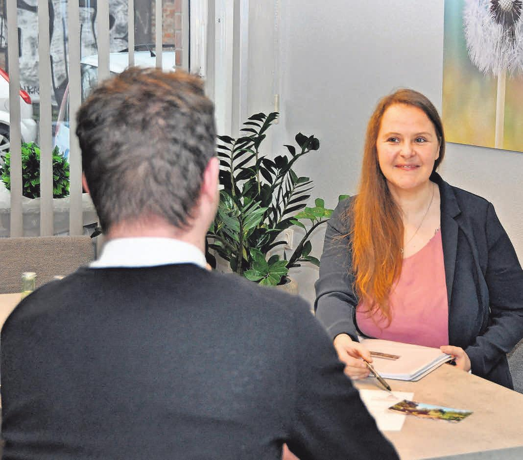 Beratung und Betreuung sind die tragenden Säulen des Unternehmens Lautenbach: Mitarbeiterin Anja Mohr im Gespräch.