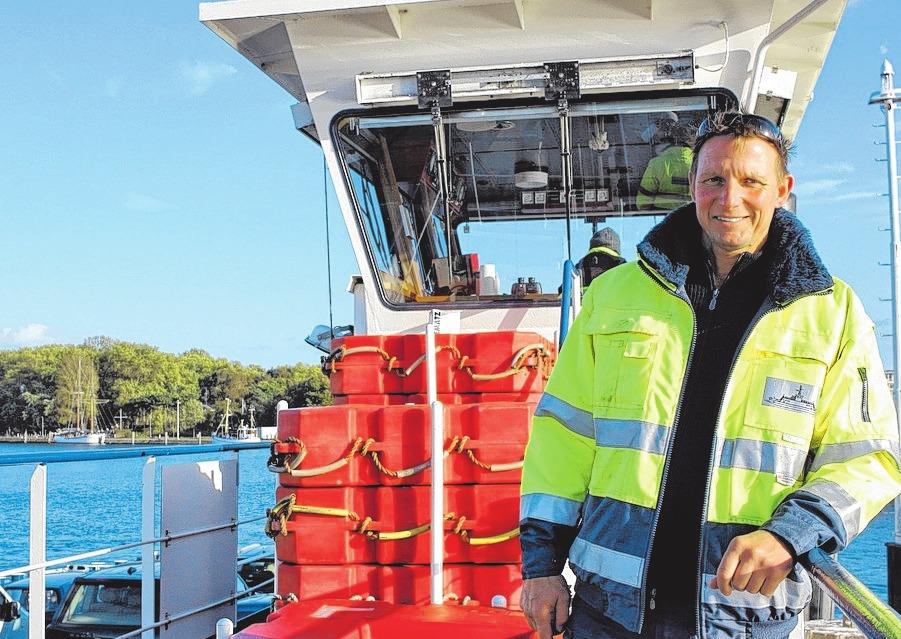 Schiffsführer Frank Lender sorgt für eine sichere Überfahrt vom Priwall nach Travemünde.