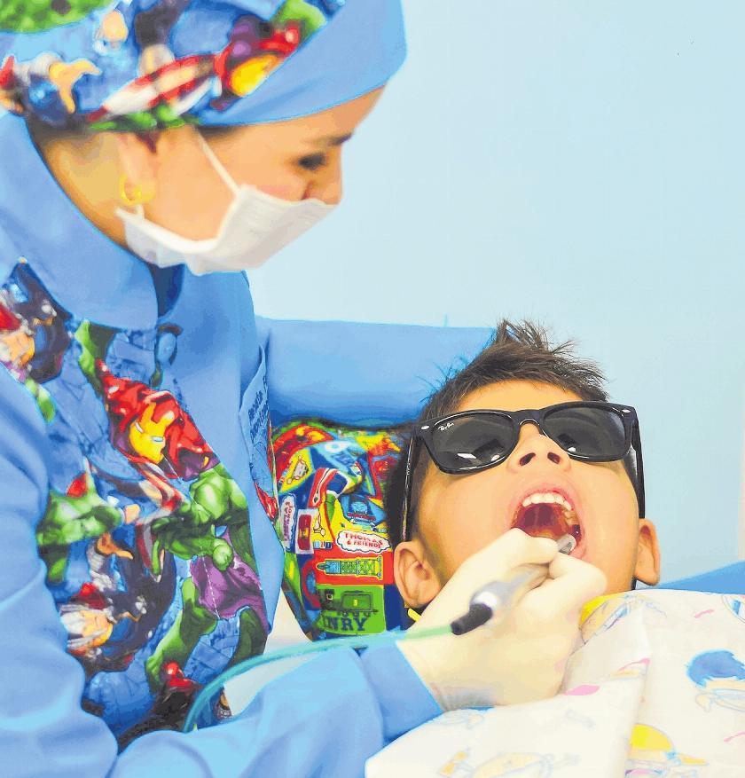 """Farbenfroh statt """"Göttin in Weiß"""": Manche Zahnärzte haben sich auf die Behandlung von Kindern spezialisiert.FOTO: RENATALFERRO /PIXABAY"""