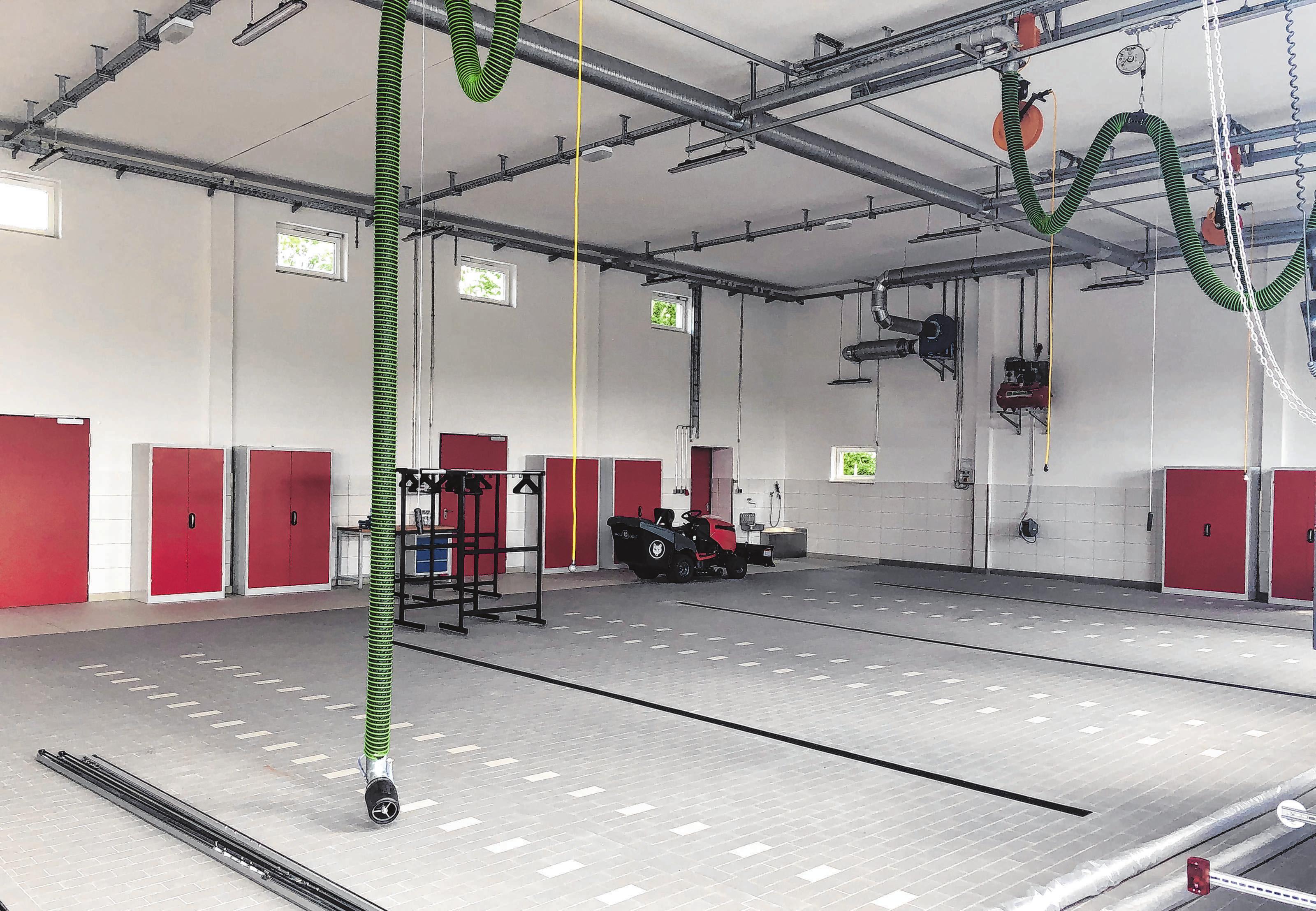 In der Fahrzeughalle ist ausreichend Platz für die Einsatzfahrzeuge.