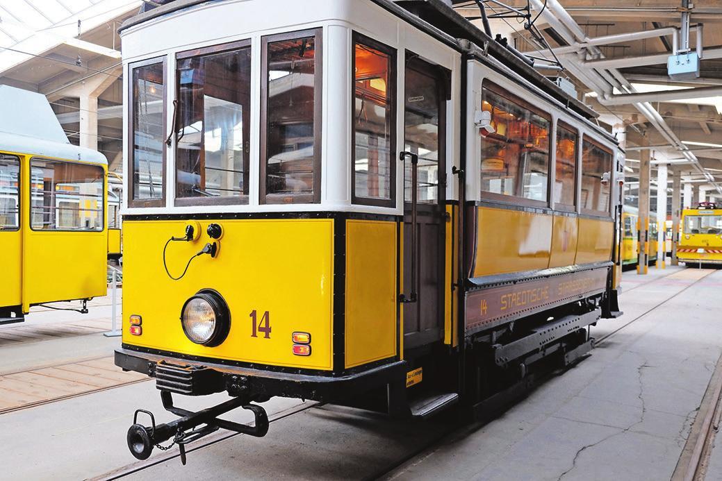 Oben rechts: Straßenbahnen aus mehr als 100 Jahren Straßenbahngeschichte in Karlsruhe. Es lohnt sich, in vergangene Zeiten einzutauchen.