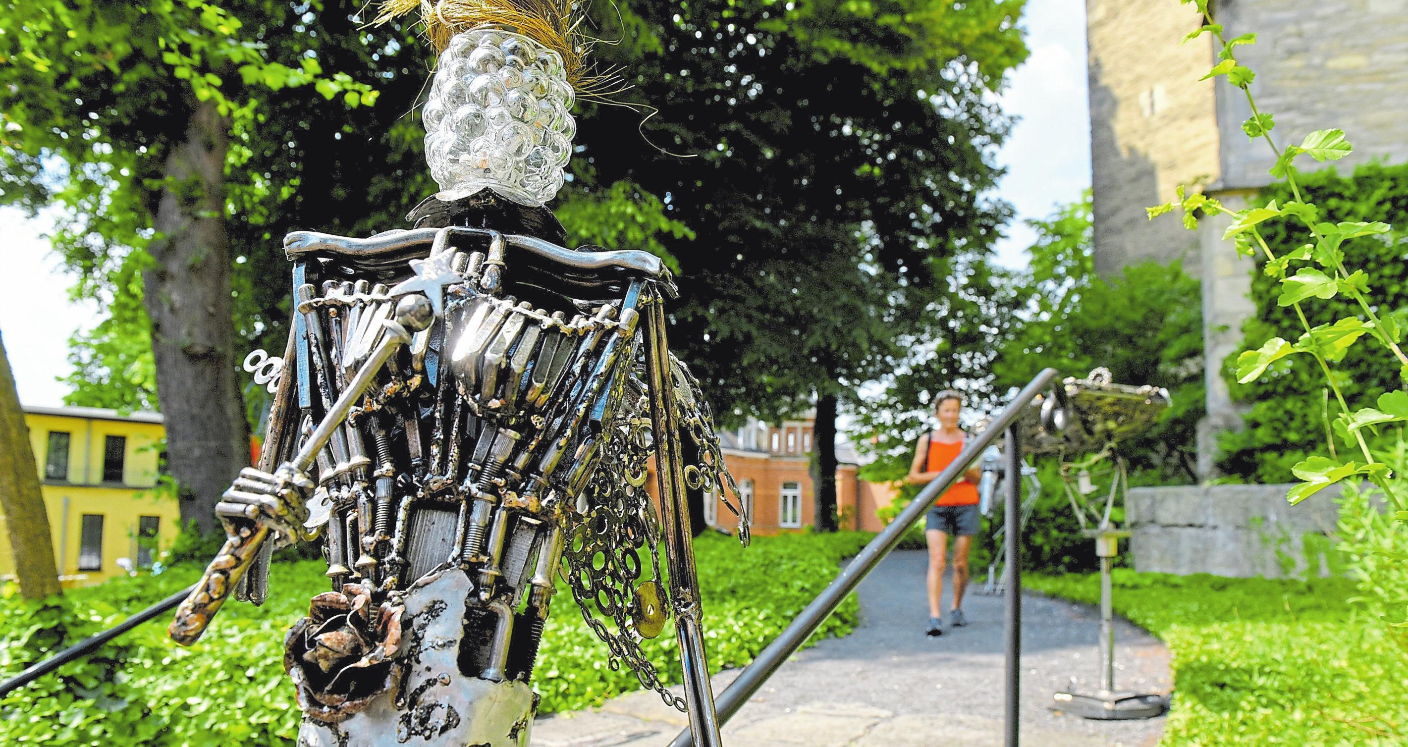 Skulpturen werden auf dem Kirchberg ausgestellt.