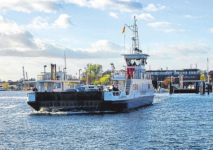 """Tagsüber legen die """"Travemünde"""" und ihr Schwesterschiff, die """"Pötenitz"""", alle zehn Minuten ab. FOTOS: PHILIPP AISSEN"""