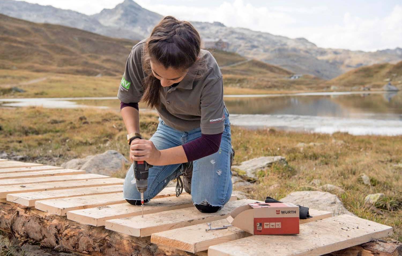 """Brückenbau im Montafon: In der """"Handwerkstatt"""" auf der Heilbronner Hütte lernen Jugendliche das Handwerk kennen. Foto: Arlberg Photography"""