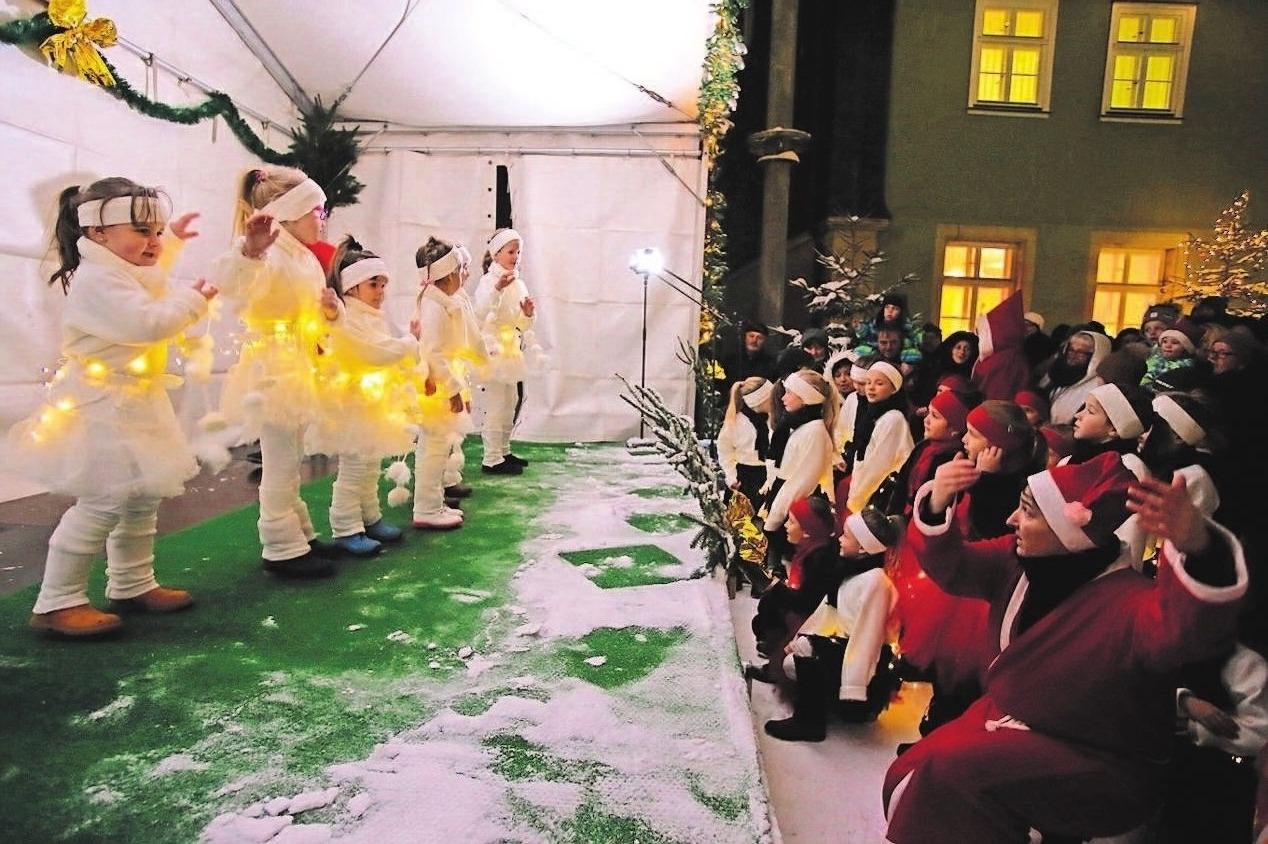 Kunterbunt ist jedes Jahr das Programm, so auch zum 19. Steinacher Griffel- und Weihnachtsmarkt unter dem Silbernen Glöcklein. Foto: Stadtverwaltung Steinach