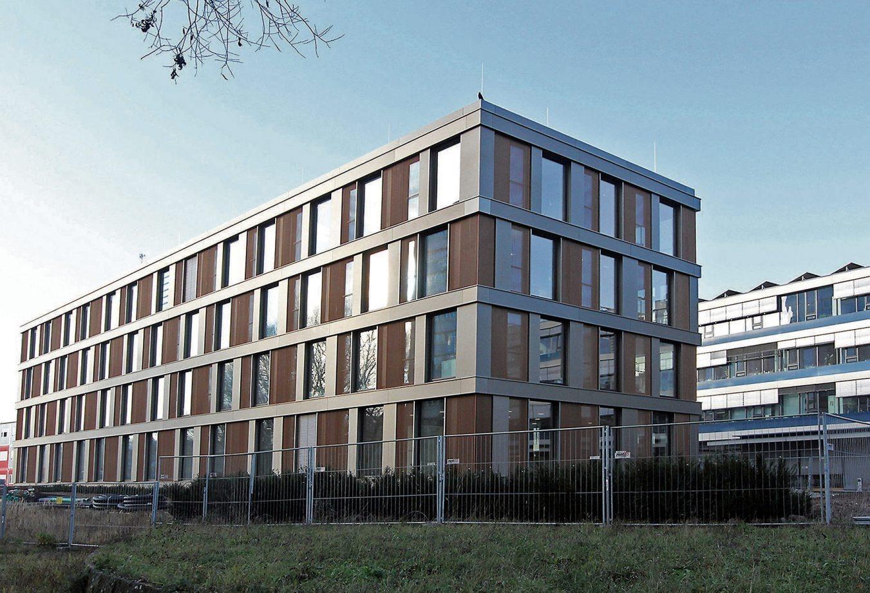 Eigenständig und doch zum Hauptgebäude dazugehörig: So präsentiert sich der Erweiterungsbau des Tübinger Landratsamtes mit seiner prägnanten Fassade. Bilder: Uhland2