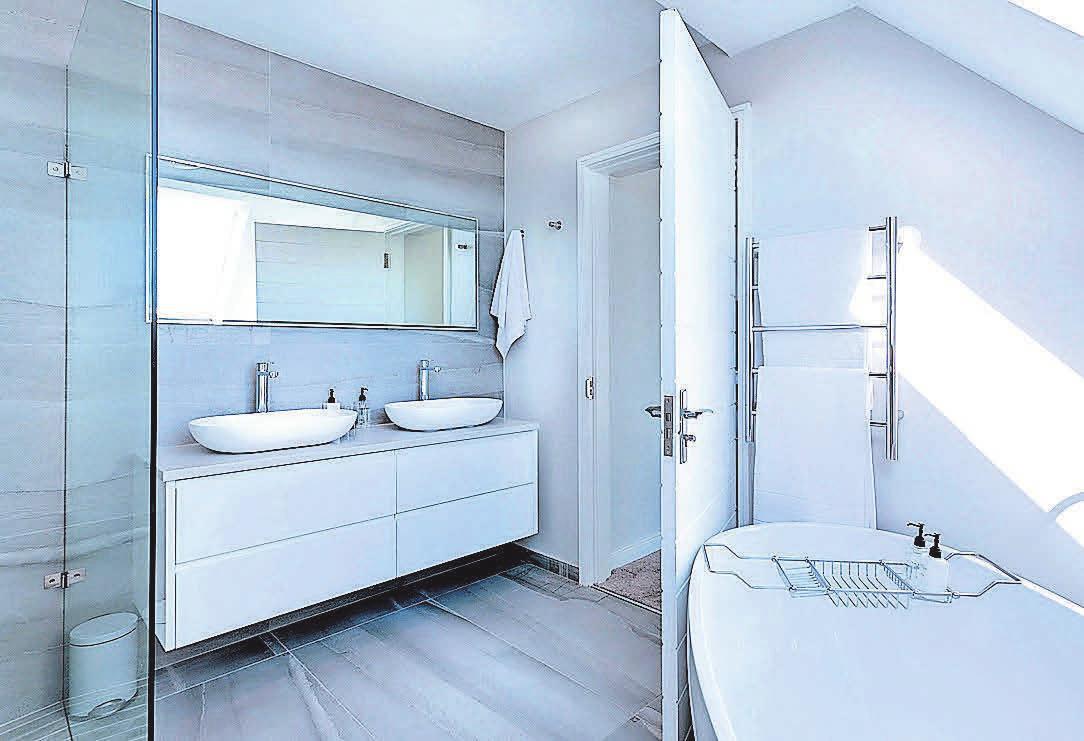 Eine zurzeit beliebte Variante ist eine weiße Einrichtung mit frei stehender Badewanne.