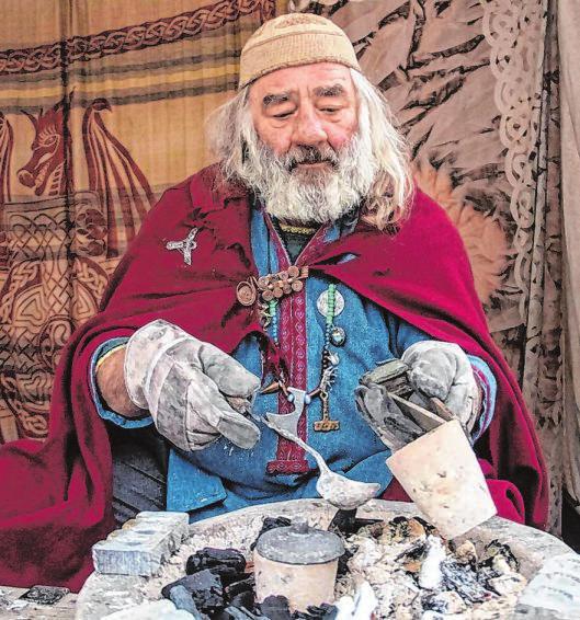 Märchenhaft sehen mitunter auch die mittelalterlichen Handwerker aus, wie hier der Bleigießer.